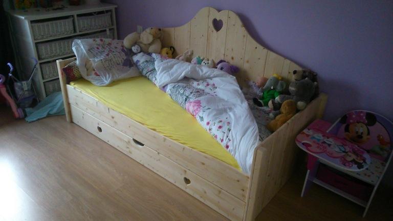 Par la suite ,j'ai rajouté un tiroir-coffre sur roulettes ,très pratique dans une chambre d'enfant.